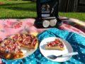 jahodový koláč, bílé nádobí, piknik, pikniková deka